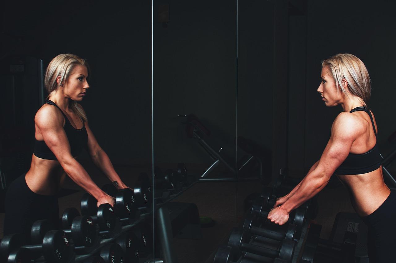 mulher com massa muscular magra