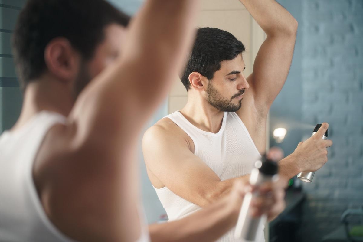 homem usando desodorante antitranspirante