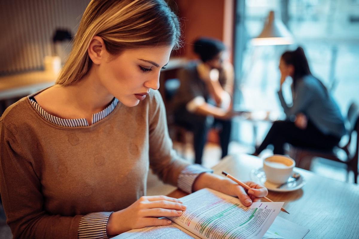 mulher com foco nos estudos