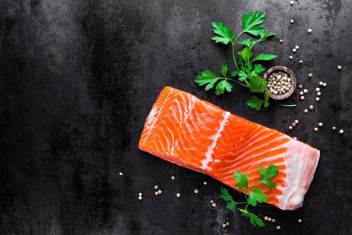 salmão e outros alimentos na mesa
