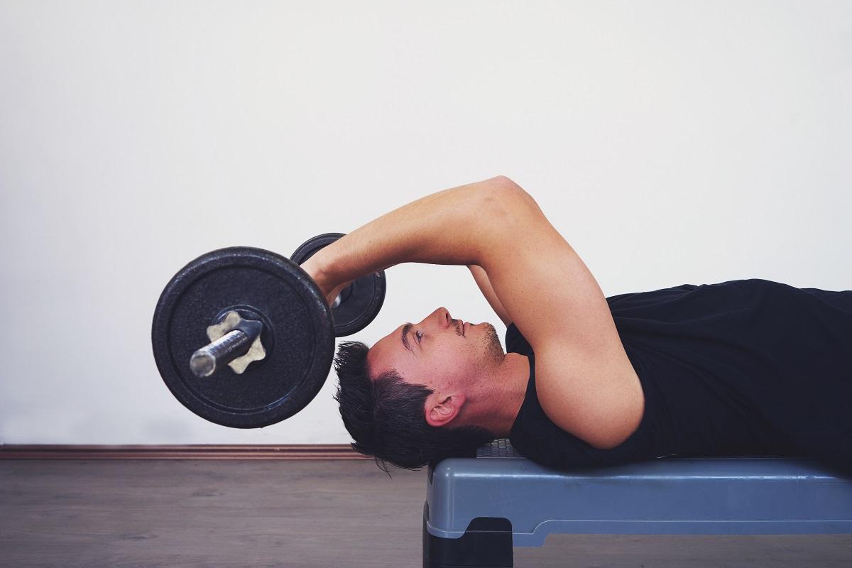 Homem fazendo exercício com boa imunidade