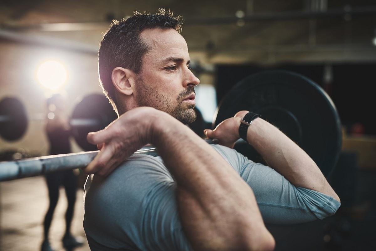 homem fortalecendo os músculos