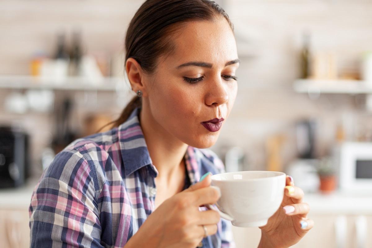 mulher bebendo chá prevenindo a retenção