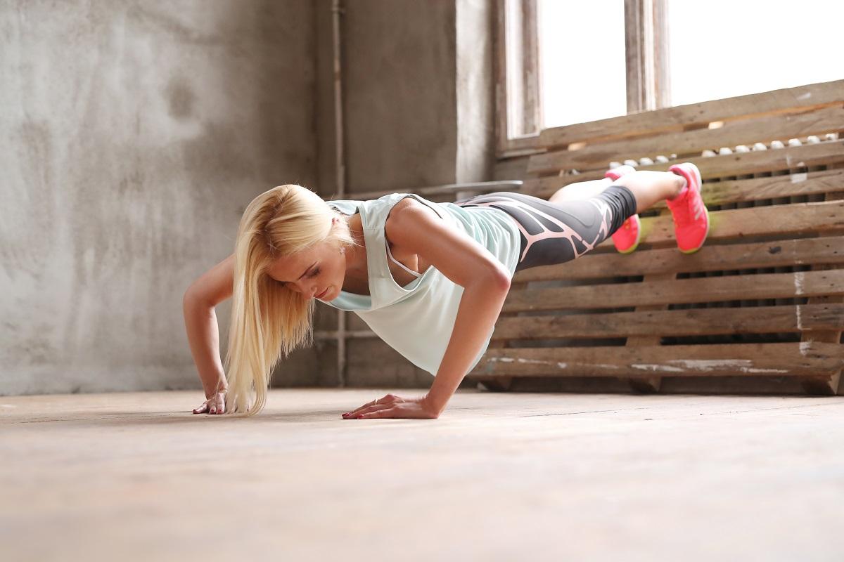 mulher fazendo exercício de calistenia