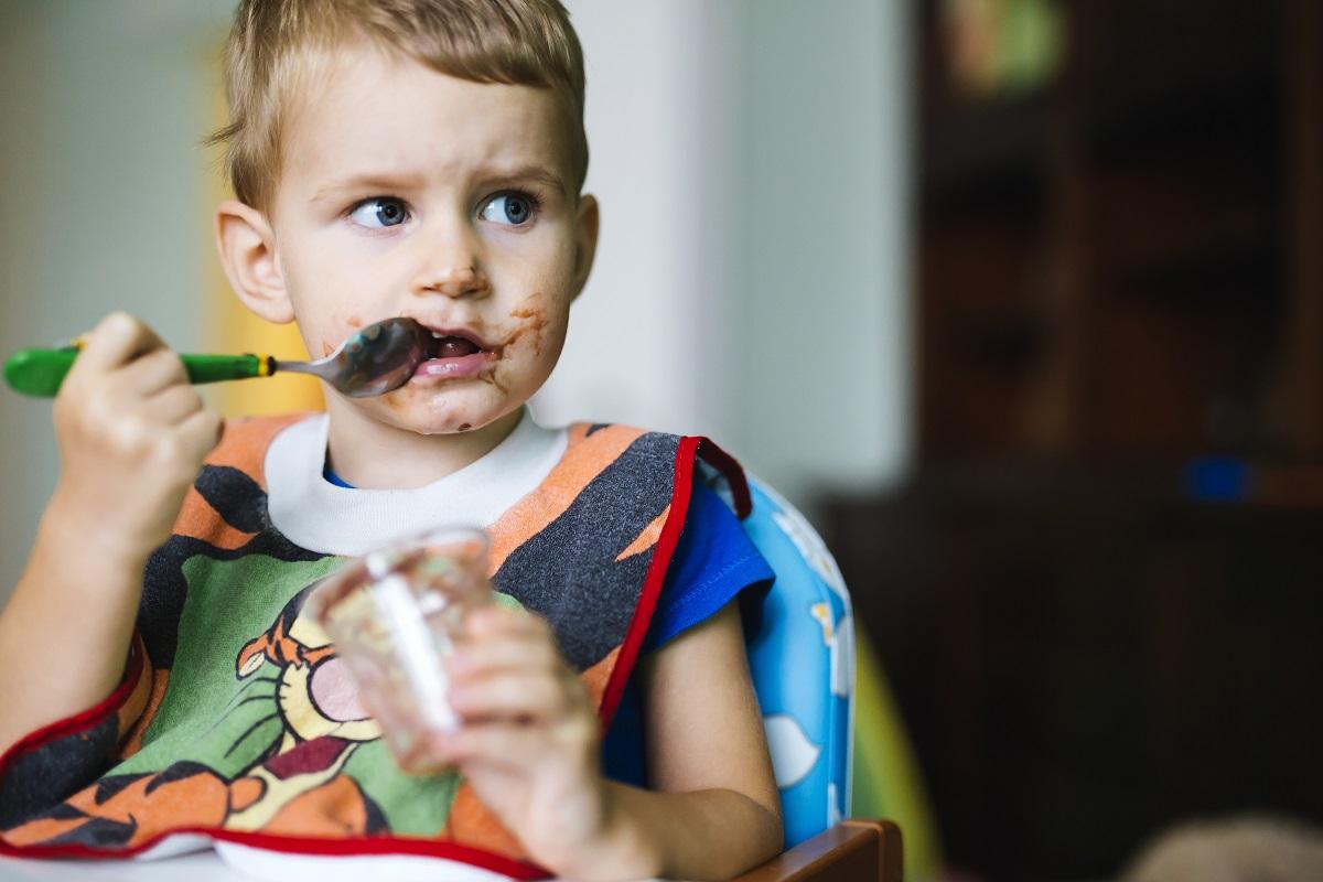 criança com apetite comendo