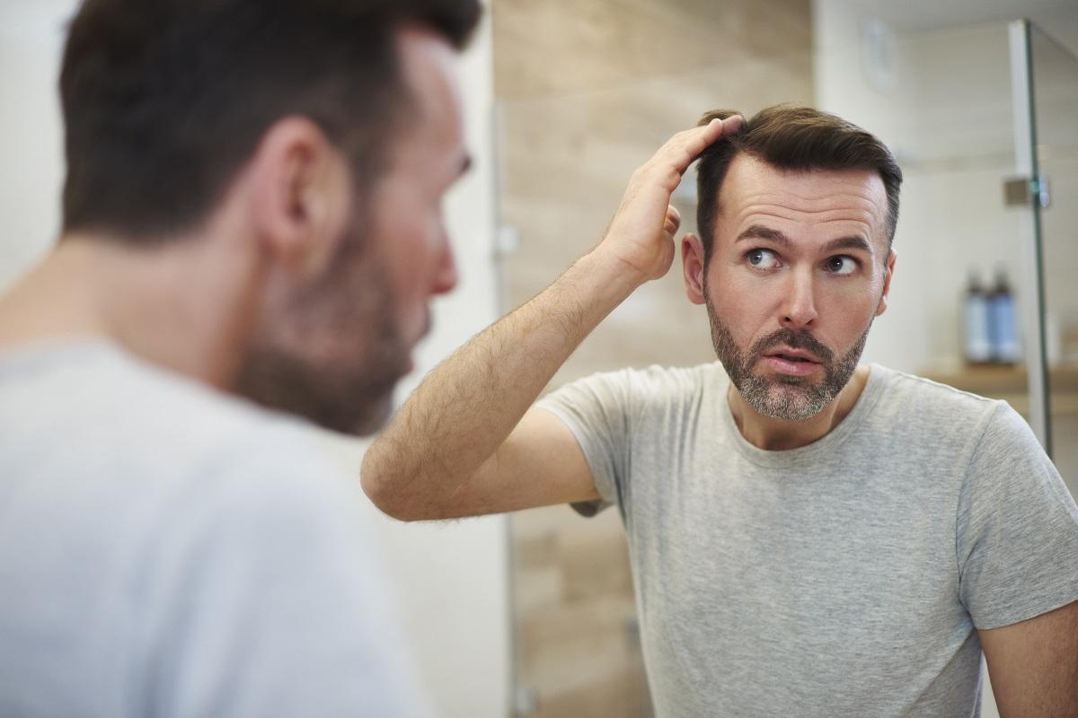 homem quer evitar a queda de cabelo