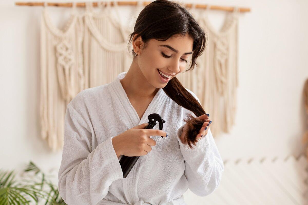 mulher realizando cuidados com o cabelo